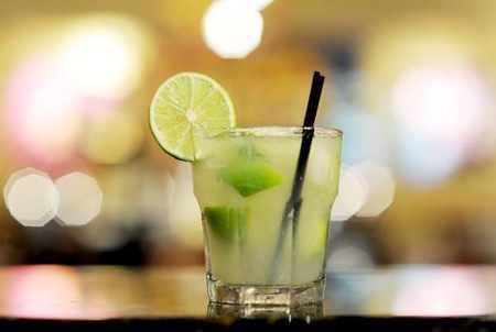 طرز تهیه کایپرینا نوشیدنی برزیلی (4)