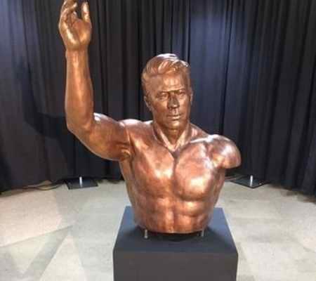 دلیل یک دست بودن مجسمه تختی در موزه آمریکا
