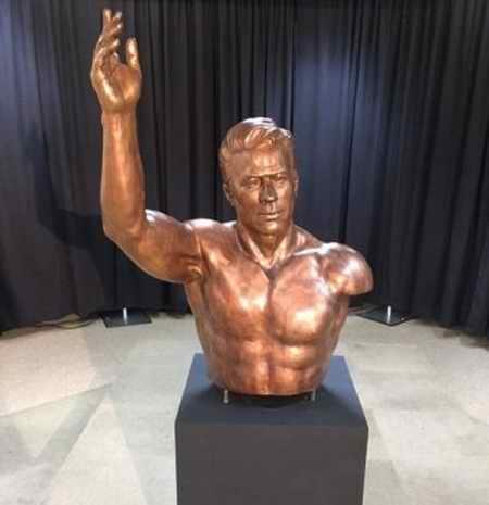 دلیل یک دست بودن مجسمه تختی در موزه آمریکا دلیل یک دست بودن مجسمه تختی در موزه آمریکا
