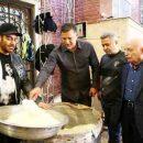 نذری دادن محمدرضا گلزار و علی دایی در مراسم روز اربعین 96