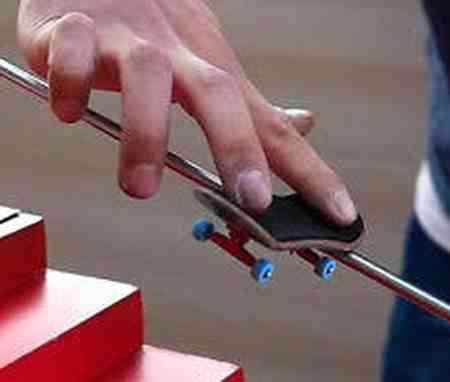 فینگربرد چیست و آموزش حرکات اسکیت برد انگشتی فینگربرد چیست و آموزش حرکات اسکیت برد انگشتی