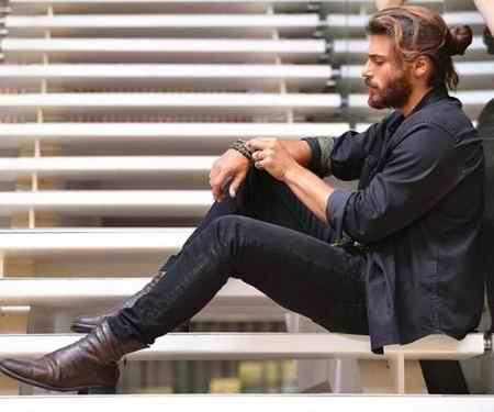 بیوگرافی بازیگر نقش فرید اصلان در سریال قرص ماه (1)