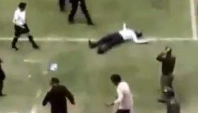 بیهوش شدن فیروز کریمی در بازی سفیدرود و نفت مسجدسلیمان