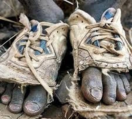 تهی پای رفتن به از کفش تنگ یعنی چه
