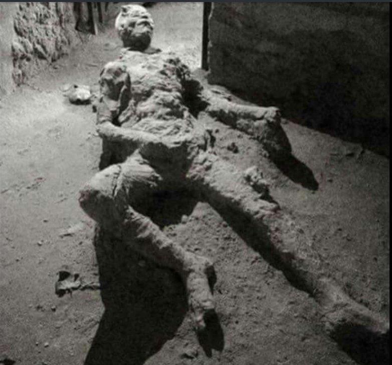 عکس مردی که در حال خود ارضایی به سنگ تبدیل شد