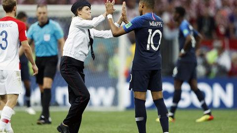جیمی جامپ دختر جذاب و خوش اندام در زمین فوتبال