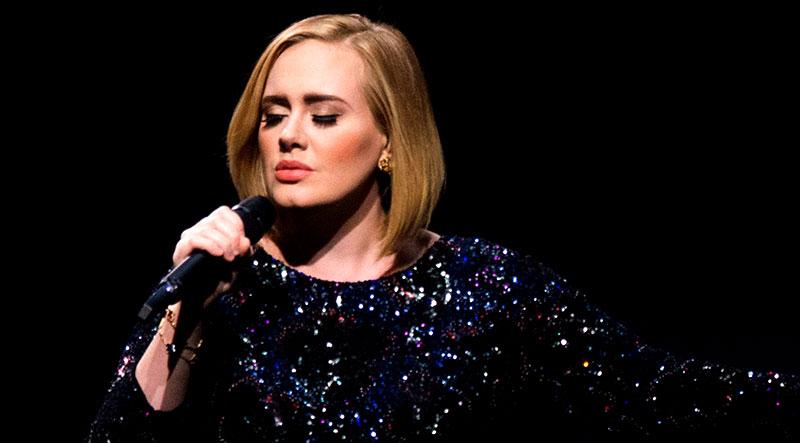خواننده آمریکایی در حال اجرا در کنسرت