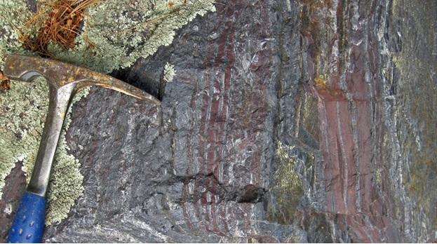 سنگ آهن موجود در دیوارههای معدن