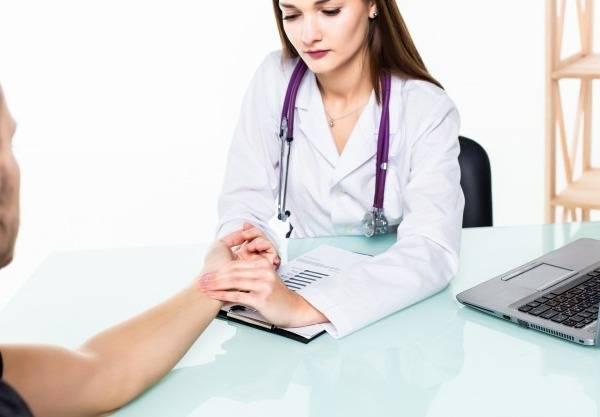 چرا پزشک نبض بیمار را می گیرد؟