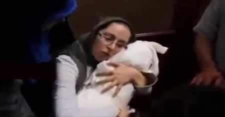کلیپ لالایی خواندن مادر بنیتا 8 ماهه