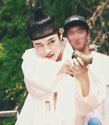 بیوگرافی بازیگر نقش وانگ ووک در سریال عاشقان ماه (2)