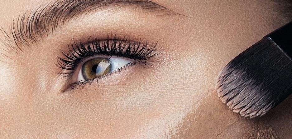 عوامل محیطی میتوانند باعث پاک شدن یا پخش شدن آرایش ما شوند. گرمای هوا، آلودگی هوا و باران باعث پاک شدن یا تخریب آرایش چهره میشوند.